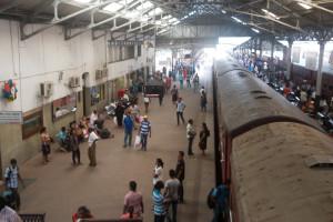 Züge im Bahnhof von Colombo