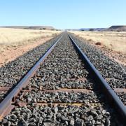Eisenbahnschienen parallel zur B4 in Namibia