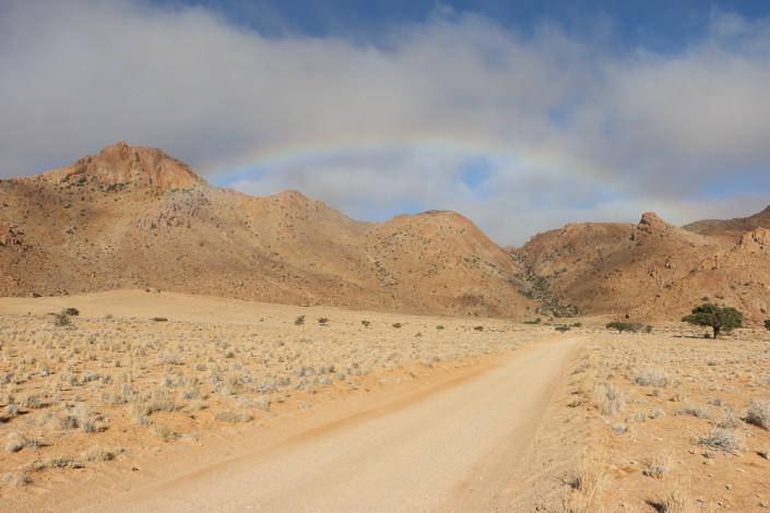 Regenbogen über den Chalets des Eagles Nest - Namibia