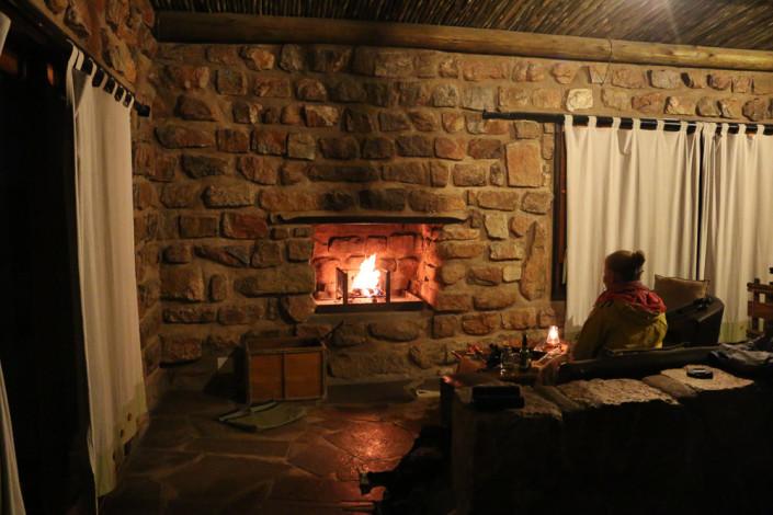 Romantisch vor dem Kamin sitzen im Eagles View Chalet - Namibia