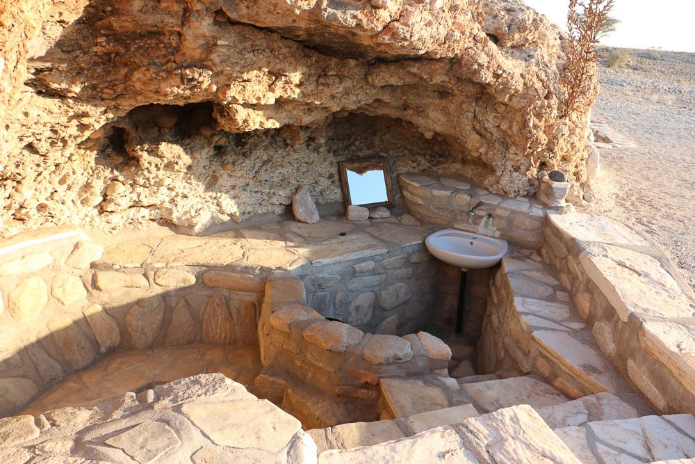 Dusche und Sanitäranlagen im Felsen integriert - Tsondab Valley Namibia