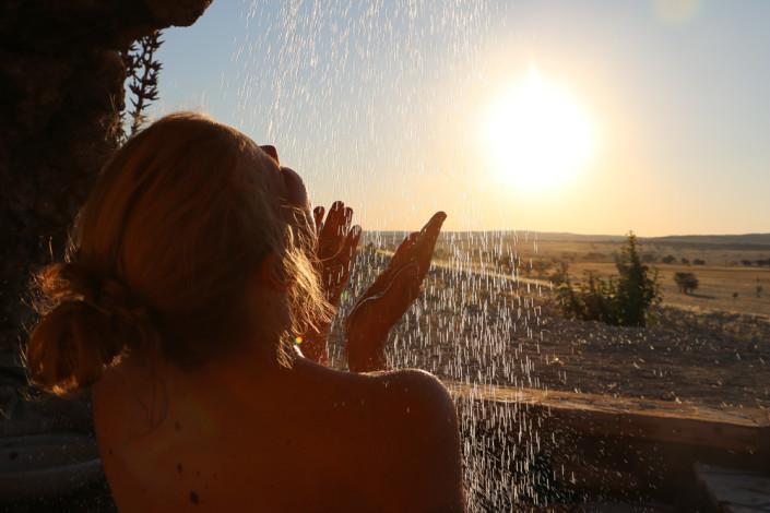 Einfach Herrlich - Dusche mit Aussicht beim Sonnenuntergang - Tsondab valley _ Namibia