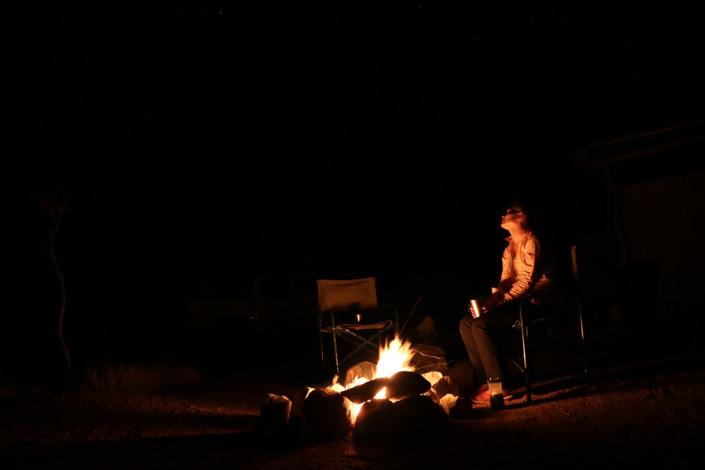 Mowani Mountain Campsite - Abendliches Feuer unterm Sternenhimmel Namibias