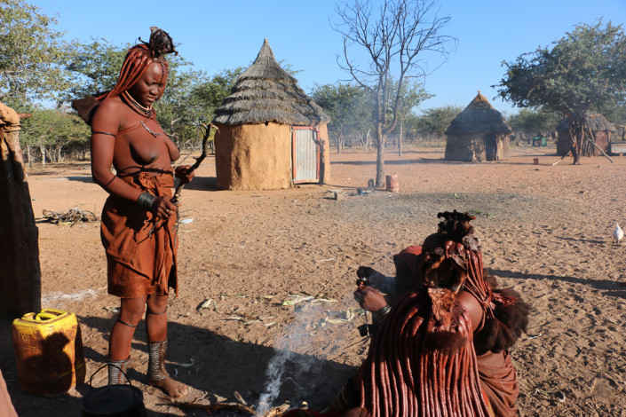 Hiebas im Otjikandero Himba Orphanage Village