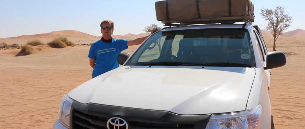 Dirk mit Hilux auf dem Deadvlei Parkplatz