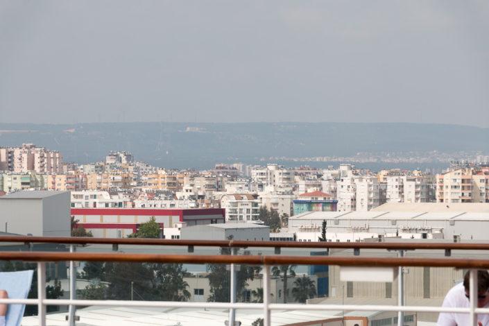Blick-vom-Pooldeck-auf-den-Hafen-von-Antalya