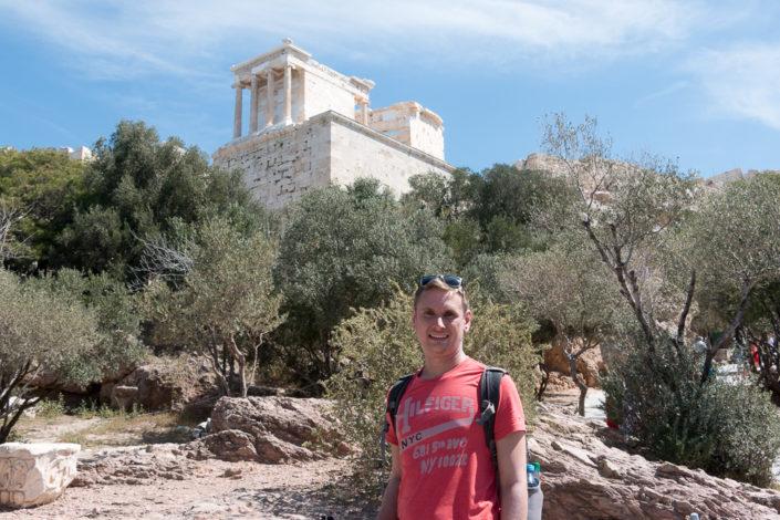 Dirk vor dem Eingang der Akropolis