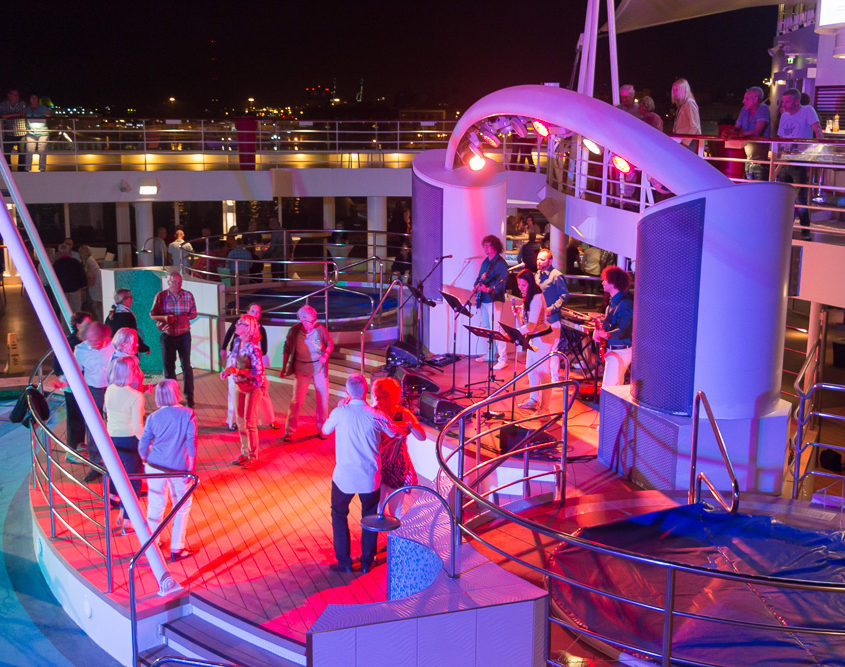 Tanz auf dem Polodeck der Mein Schiff 2