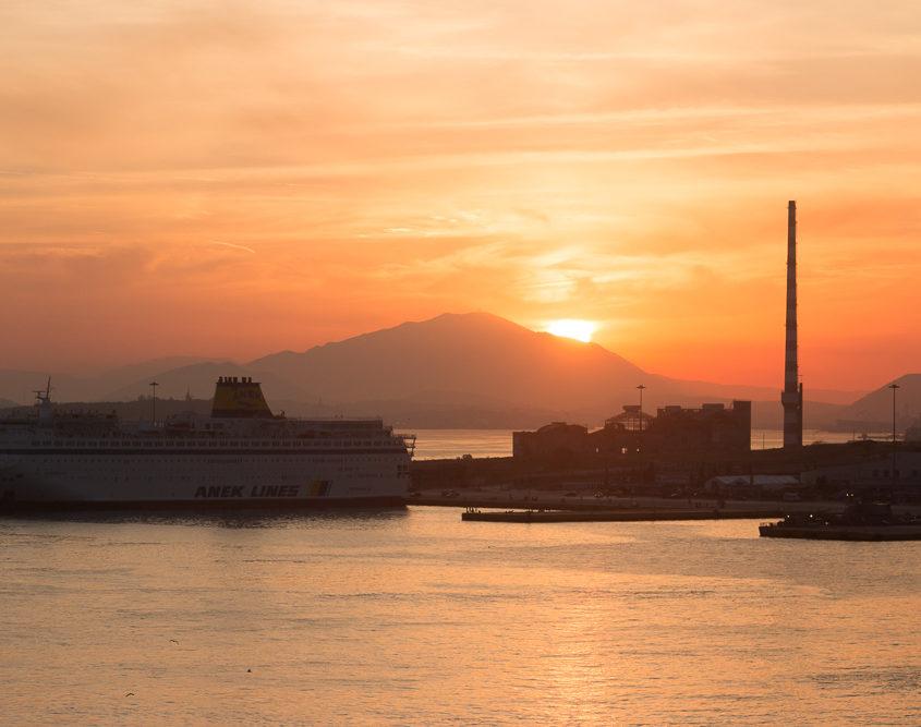 Sonnenuntergang von der Mein Schiff im Hafen von Piraeus