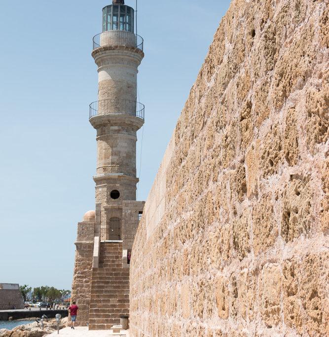 Hafenmauer-in-Chania-mit-Leuchtturm-Faros