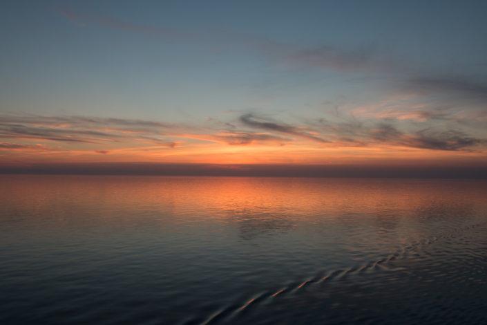 Das Licht spiegelt sich im glatten Wasser des östliches Mittelmeers