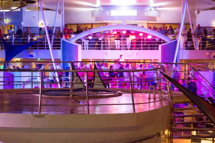 Poolparty auf der Mein Schiff 2 im Hafen von Chania