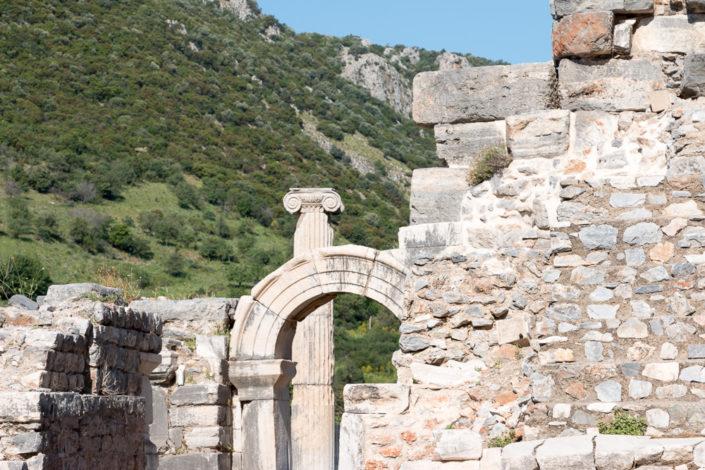 Bogen in Ephesus aus Sicht des Odeon Theaters