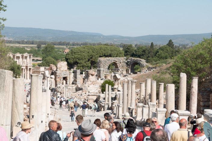 Die Kuretenstraße umgeben von Ephesus