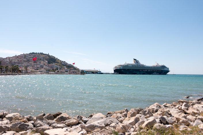 Blick von der Uferpromenade Kusadasis auf die Mein Schiff