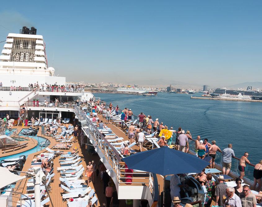 Mein Schiff 2 mit Hafeneinfahrt von Piräus