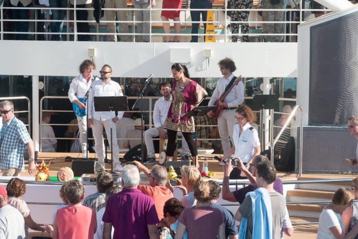 Interessierte Kreuzfahrt Gäste bestaunen die fertigen Werke