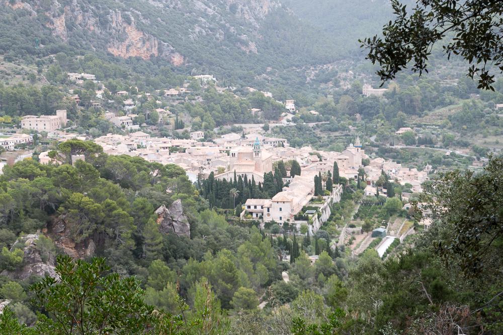 Blick auf die Stadt Valldemossa auf Mallorca
