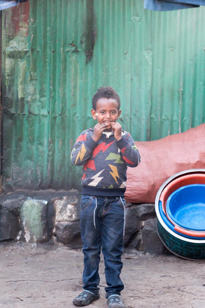 Junge in den Straßen von Merkato