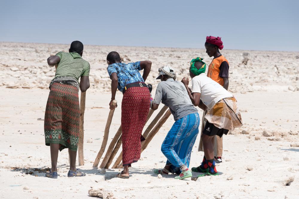 Arbeiter stemmen Salz in der Danakil