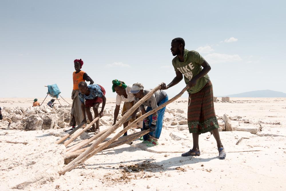 Arbeiter stemmen große Salzplatten Danakil