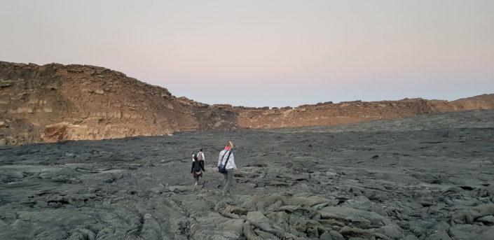 Wir gehen vom Lavasee des Erta Ale zum Lager auf dem oberen Kraterrand