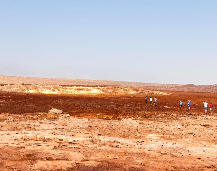 World Sun Ethiopia Tours Gruppe wandert durch die Schwefelfelder von Dallol