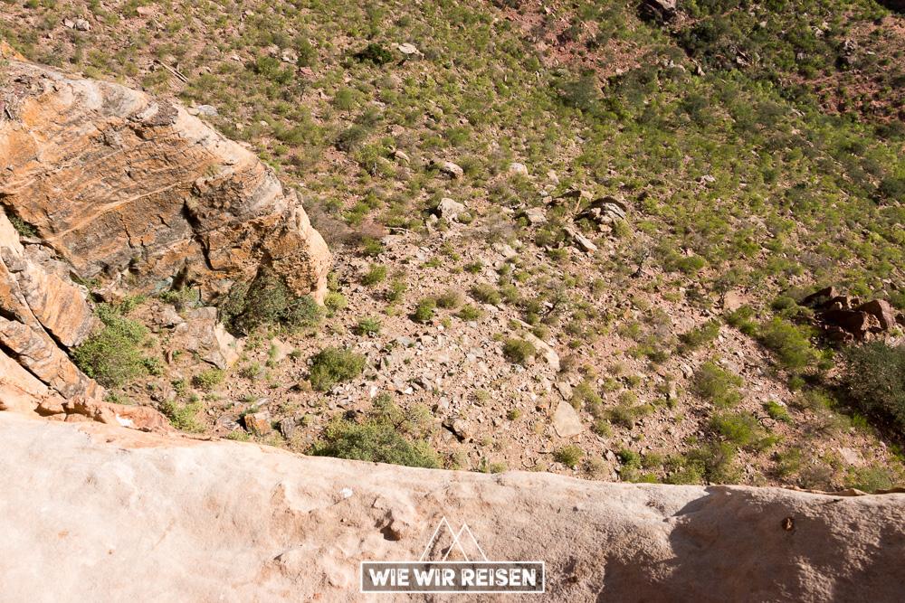 Blick in den Abgrund an der Felsenkirche Abuna Yemata in den Gheralta Bergen