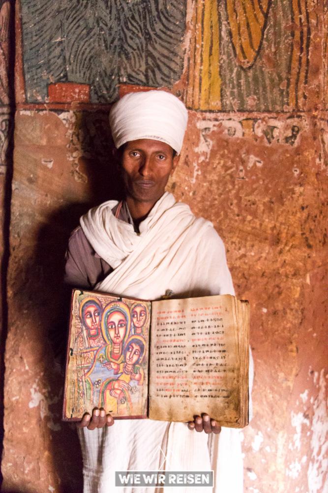 Priester in der Felsenkirche Abuna Yemata