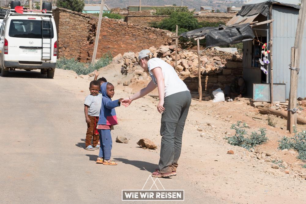 Dodo mit äthiopischen Kindern