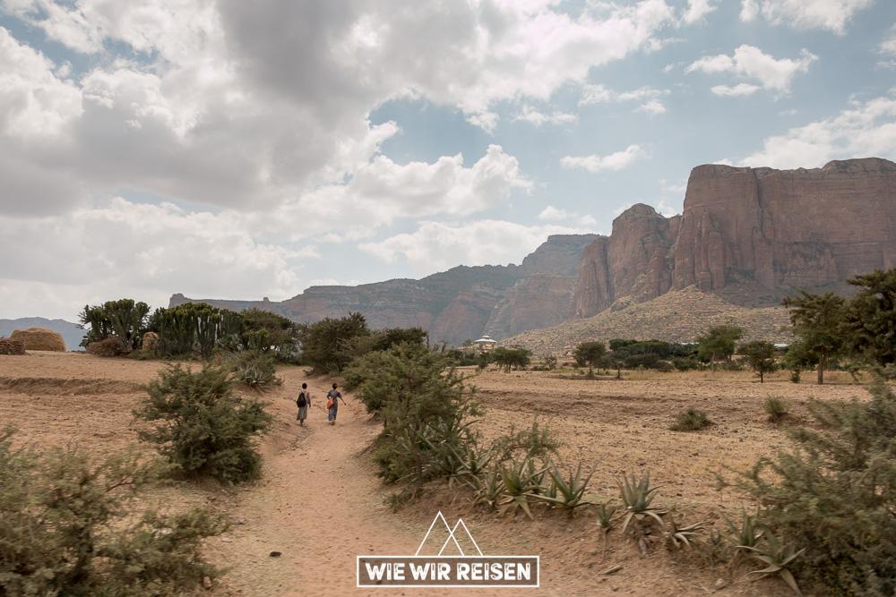 Kinder auf dem Weg von der Schule in den Gheralta Bergen