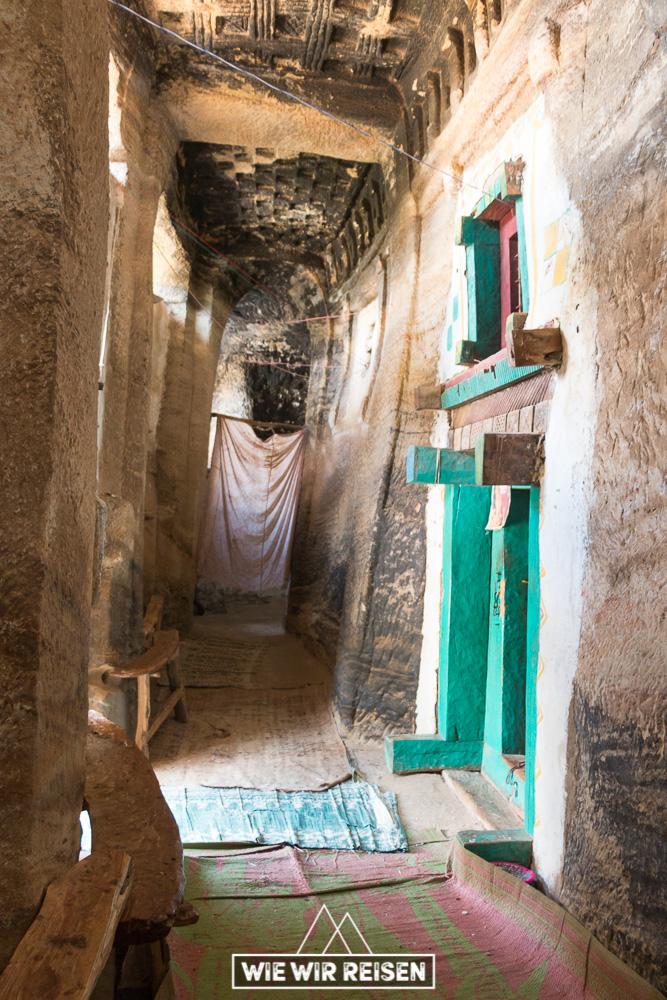 Äusserer Gang in der Medhane Alem Adi Kasho Felsenkirche