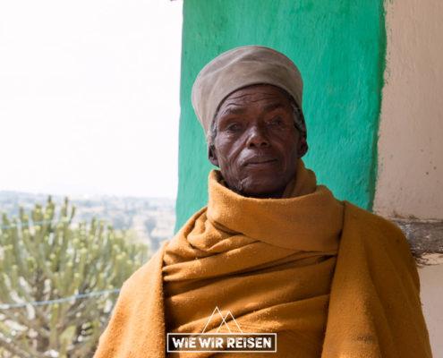 Alter Priester bei der Felsenkirche Mikael Malahi Zengi
