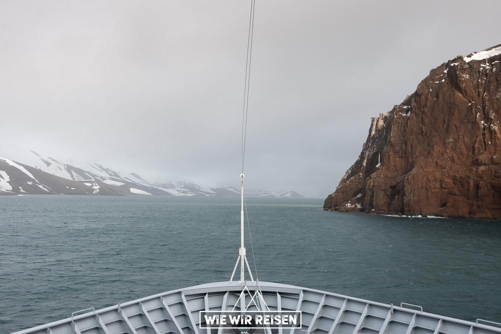 Die MS Midnatsol fährt langsam durch Neptuns Blasebalg in die Caldera von Deception Island