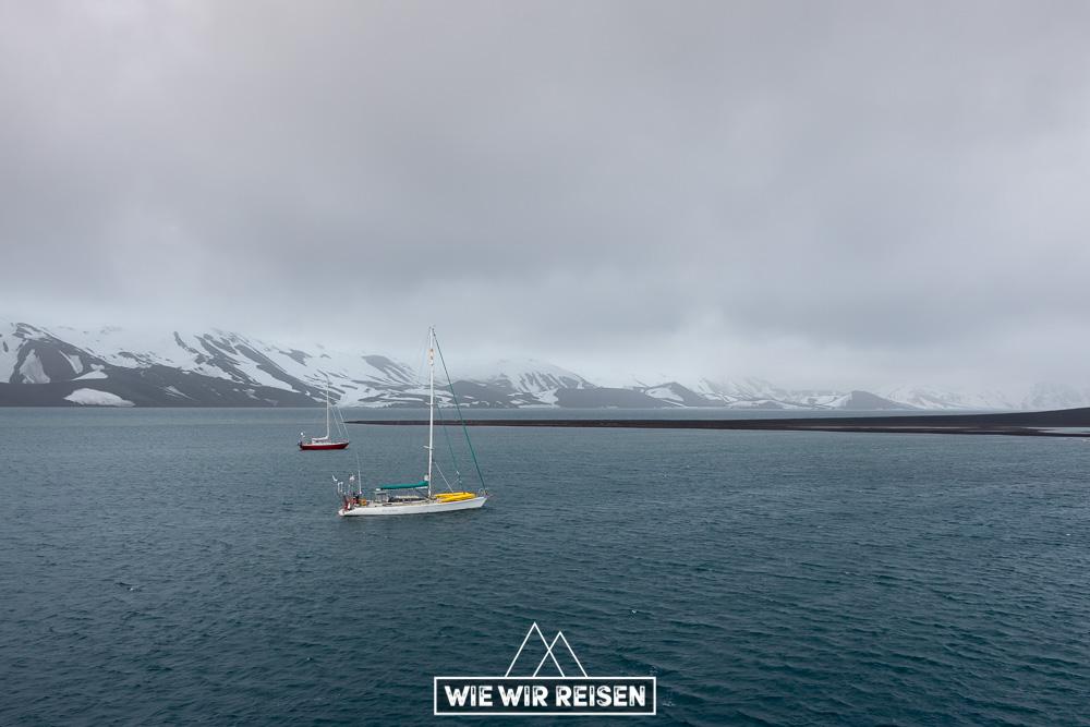 Zwei Expeditonssegelboote ankern mit uns in der Whalers Bay