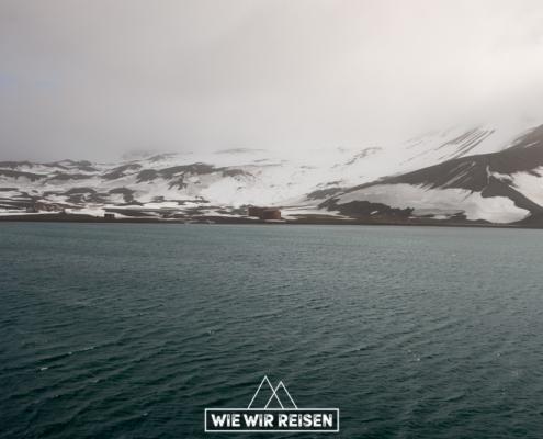 Whalers Bay von der MS Midnatosl aus gesehen
