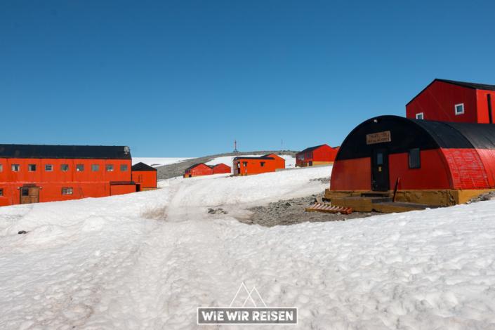 Rote Holzhäuser der antarktischen Esperanza Station
