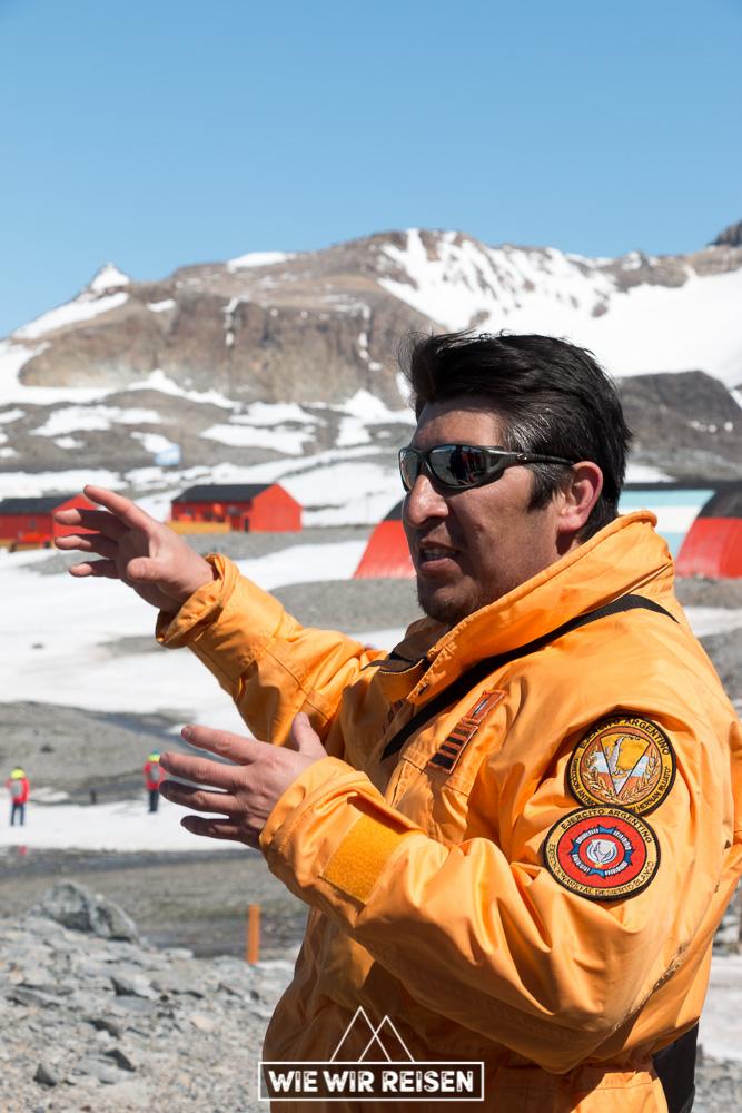 Guide erzählt uns über das Leben auf einer Antarktis Station