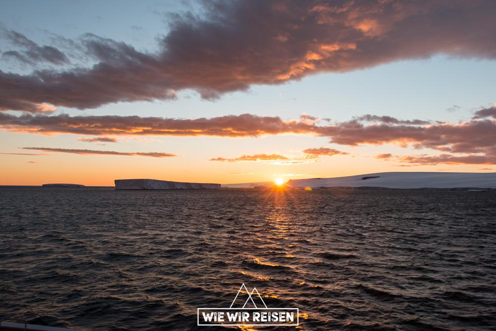 Tafeleisberge in der antarktischen Mitternachtssonne