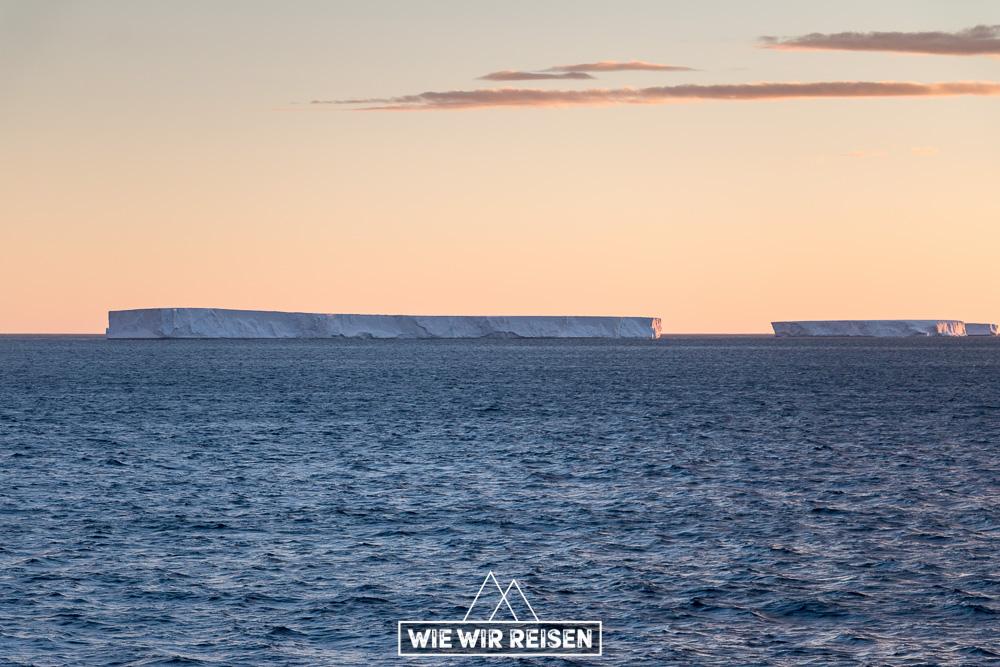 Tafeleisberge in der Mitternachtssonne der Antarktis