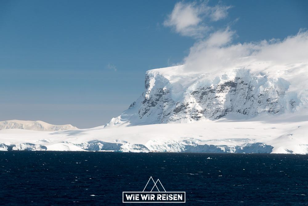 Berge und Gletscher an der Gerlaiche Strait in der Antarktis