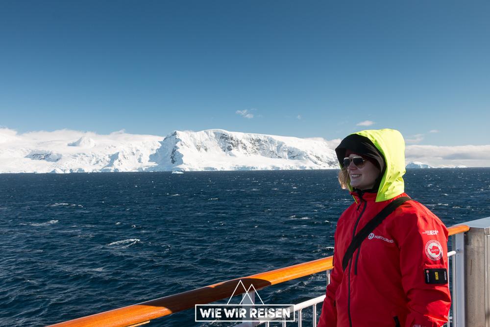 Dodo lässt die Gerlachs Strait und umliegenden schneebedeckten Berge auf sich wirken