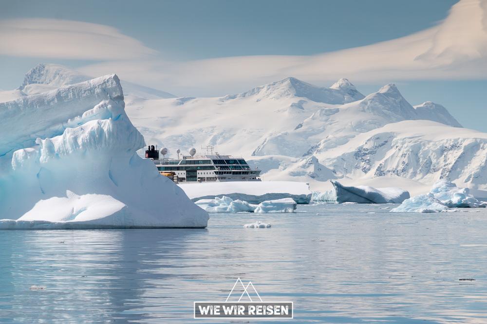 MS Midnatsol versteckt sich hinter Eisbergen