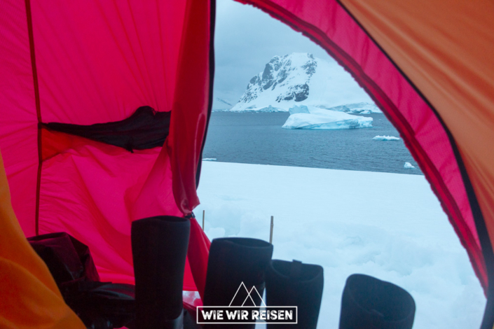 Blick aus dem Zelt in der Antarktis
