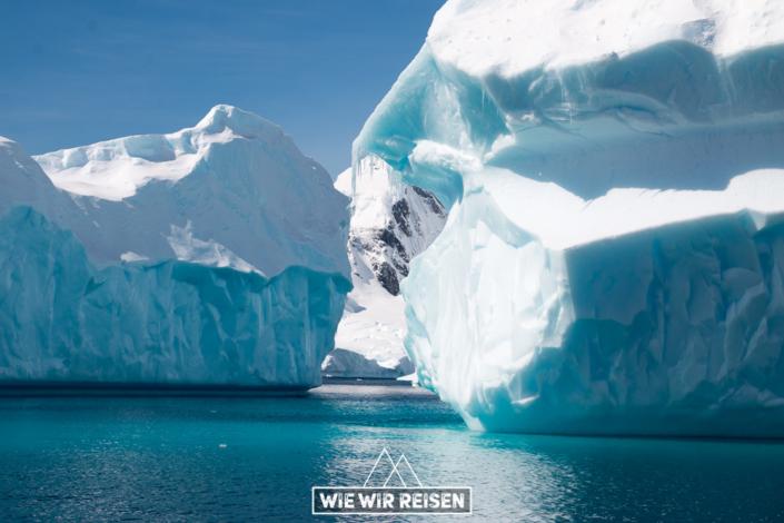 Blau schimmernde Eisberge in der Antarktis