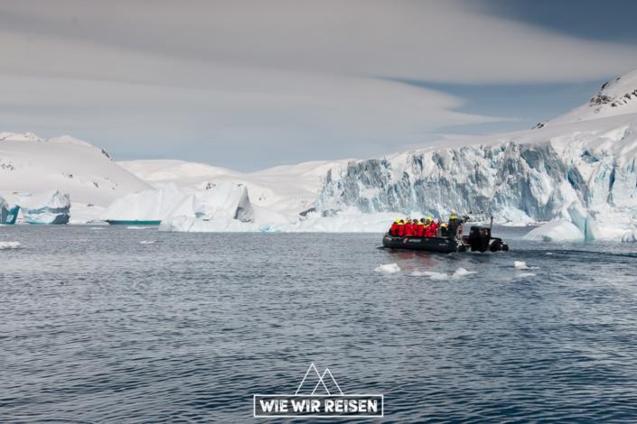 Cruisen mit den Hurtigruten-Zodiacs in der Gerlaiche Strait