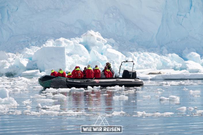 Hurtigruten Zodiac unmittelbar vor der Gletscherwand