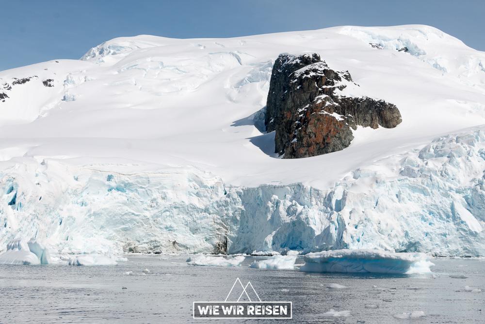 Felsformation ragt inmitten des Gletschers empor