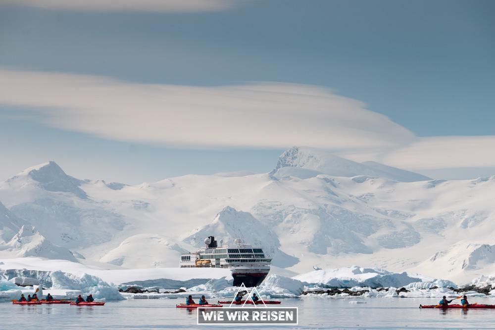Kayaks inmitten der Eisberge der Antarktis mit der MS Midnatsol im Hintergrund