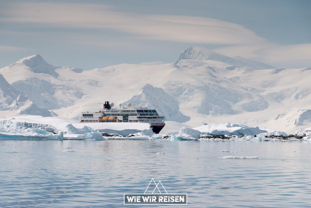 MS Midnatsol in der atemberaubenden Landschaft der Antarktis